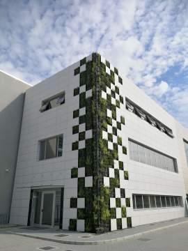 Rivestimento di una facciata di una palazzina direzionale